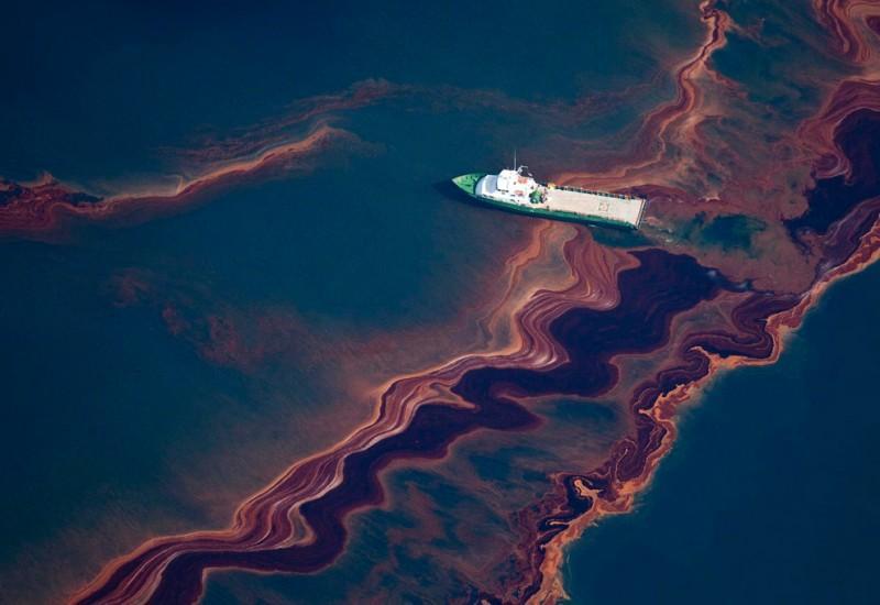 Разлив нефти в океане